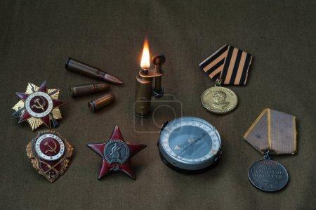 Photo pour Composition du jour de la victoire. ordres, médailles, boussole, briquet, Webcam live de munitions. - image libre de droit