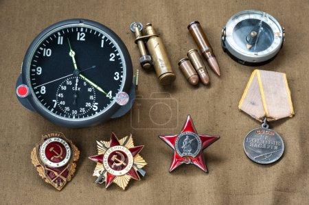 Photo pour Composition du jour de la victoire. commandes, médaille, des balles réelles, montre à bord de l'aviation boussole, briquet. Le 9 mai - image libre de droit