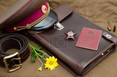 Photo pour Nature morte avec des objets vintage dédiés au Jour de la Victoire. Ordre de l'Étoile Rouge. Le 9 mai. - image libre de droit