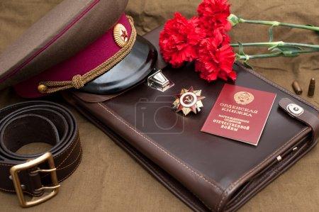 Photo pour Nature morte avec des objets vintage dédiés au Jour de la Victoire. Ordre de la guerre patriotique 1ère classe. Le 9 mai - image libre de droit