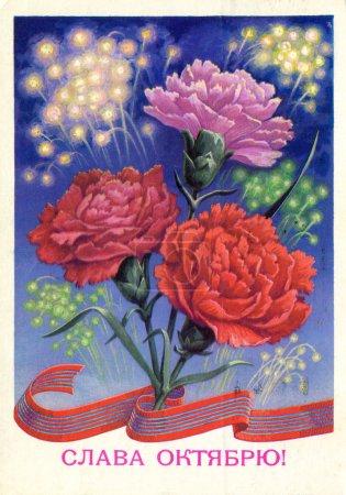 Photo pour URSS, 1979. Carte postale imprimée en URSS présente, trois fleurs oeillet sur le fond de feux d'artifice, vers 1979. Titre. Gloire à la grande révolution 1917 - image libre de droit