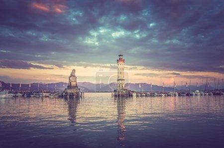 Прекрасный вечерний пейзаж с маяком в гавани Линдау  -
