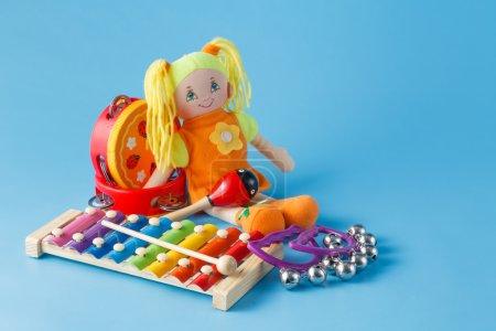 Foto de Instrumentos musicales con muñeca - Imagen libre de derechos