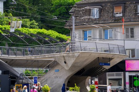 Estación de tren S-Bahn Zurich Stadelhofen en un hermoso día de verano. Foto tomada el 13 de junio de 2021, Zurich, Suiza.