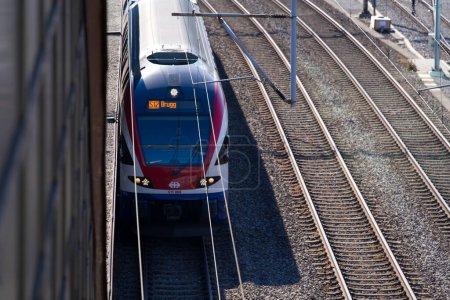 Tren llegando estación de tren Zurich Hardbrcke en un hermoso día de verano soleado. Foto tomada el 15 de junio de 2021, Schlieren, Suiza..