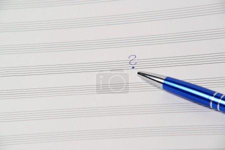 Photo pour Stylo avec nouvelle chanson folle qui est irréel - image libre de droit