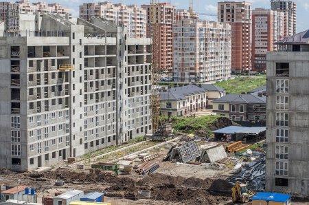 Photo pour Site de construction dans le cadre d'un ensemble de bâtiments neufs - image libre de droit