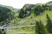 Zelené vrcholky, malé řeky a silnice v pohoří fagaras, Rumunsko