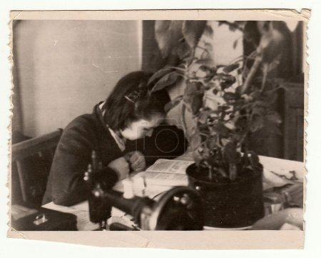 Photo pour URSS - vers les années 1970 : Vintage photo montre fille lit le livre. - image libre de droit