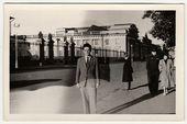 Historických fotografií ukazuje mladý muž představuje na ulici. Černá  bílé retro Foto