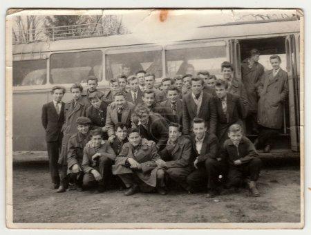 Photo pour LA RÉPUBLIQUE SOCIALISTE TCHÉCOSLOVAQUE - Années 1960 : Photo vintage montrant de jeunes étudiants posant devant le bus. La photo a une erreur obtenue lors du processus photo . - image libre de droit