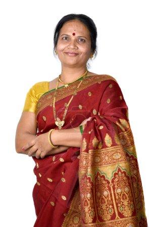 Photo pour Gros plan de femme indienne traditionnelle sur blanc - image libre de droit