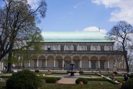 Photo pour Prague, République tchèque - 23 avril 2021 - Un magnifique bâtiment Renaissance dans les Jardins Royaux du Château de Prague - Palais d'été de la Reine Annes - image libre de droit