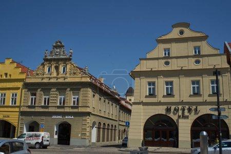 Photo pour Zatec, République tchèque - 11 mai 2021 - Maisons sur la place principale dans un après-midi de printemps - image libre de droit