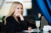 Mladá Evropská nádherná žena s hezkou tvář přemýšlet o něčem vsedě s přenosný počítač v café baru, zasněný krásná žena pomocí přenosné net knihu během práce přestávku v kavárně