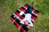 Obrázek podnikatel odpočívat na trávě s laptopem nedaleko od