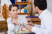 Úspěšný manažer sedí na pracovní oběd s kolegou a dávat pokyny k ní