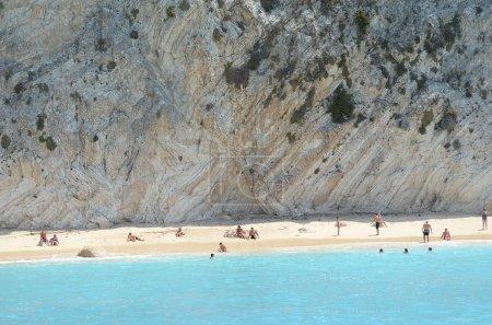 Photo pour Plage grecque devant la falaise face au soleil - image libre de droit