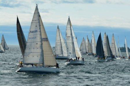 Photo pour La course annuelle de voiliers Swiftsure a lieu chaque année le long week-end de mai.Les voiliers s'alignent à la ligne de départ en attendant que le canon décolle et que la course commence. . - image libre de droit