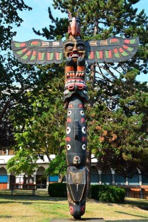Photo pour Thunderbird Park, Victoria Bc, Canada, 15 août 2015.The parc est à côté de que la Royal Museum.Here Bc on trouve totems d'amérindiennes mais aussi une maison de sculpter un peut regarder maîtres sculpteurs de sculpter un totem. Chaque totem dépeint une histoire sur la culture autochtone. - image libre de droit
