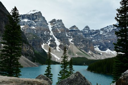 Photo pour Le magnifique lac Moraine, dans le lac Loiuse, dans le parc national Banff, est une halte incontournable pour les visiteurs de Banff.De nombreux sentiers de randonnée pédestre et des canots à louer et à pagayer sur le lac. . - image libre de droit