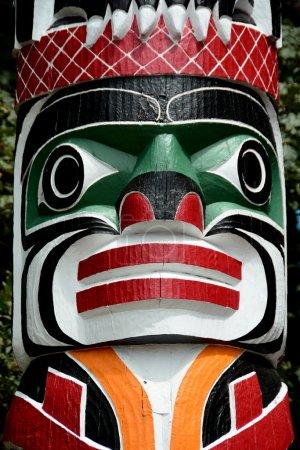 Photo pour Premières totems des Nations, Victoria Bc, Canada, 21 juin 2014.The culture autochtone est forte en Colombie-Britannique et de nombreux totems parsèment le paysage illustrant des histoires indigènes des jours de disparu by.Come à Victoria et voyez par vous-même - image libre de droit