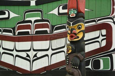 Photo pour Premières totems des Nations, Victoria Bc, Canada, 21 juin 2014.The culture autochtone est forte en Colombie-Britannique et de nombreux totems parsèment le paysage illustrant des histoires indigènes des jours de disparu by.Come à Victoria et voyez par vous-même. - image libre de droit