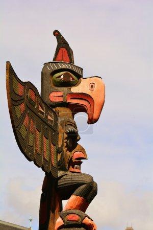 Photo pour Thunderbird Park Victoria Colombie-Britannique, du 11 avril 2014.Thunderbird parc à côté du Royal British Columbia Museum a totems de la Première Nation à découvrir. Il y a même une sculpture maison ici, et on peut observer des sculpteurs indigènes faire leur métier. Totems en bois et leurs histoires sur écran - image libre de droit