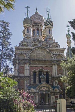 Photo pour L'église dôme d'oignon de San Basilio nous rappelle les nombreux Russes riches qui ont apprécié ici le doux climat méditerranéen dans de magnifiques villas et hôtels - image libre de droit