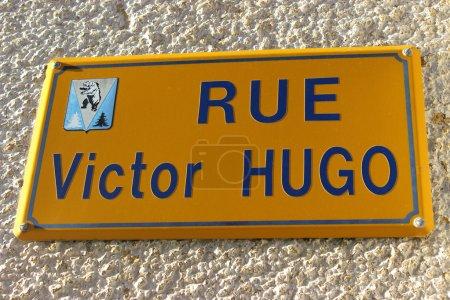 Photo pour Rue Victor Hugo. Célèbre Street Sign à Villard-de-Lans, France - image libre de droit