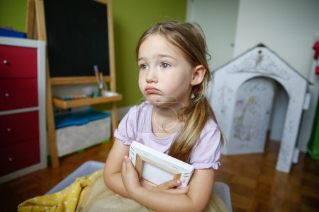 Photo pour Petite fille seule et triste assise sur le sol, bleue et manquante. Enfance, croissance, négligence, solitude et tristesse concept . - image libre de droit