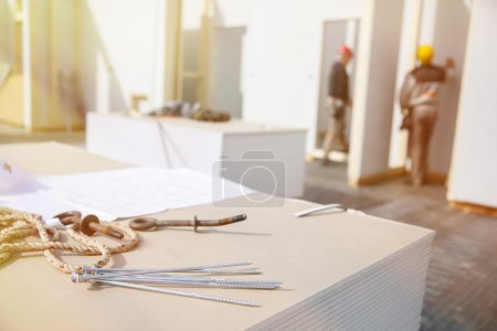 Schrauben an Gipskartonplatten mit Arbeitern