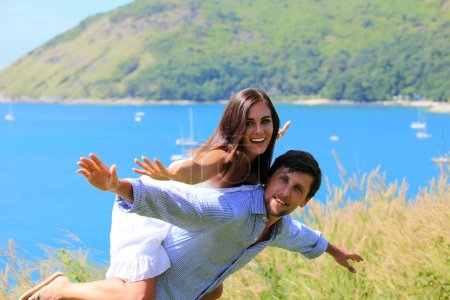 Photo pour Couple joyeux s'amuser en vacances au bord de la mer - image libre de droit