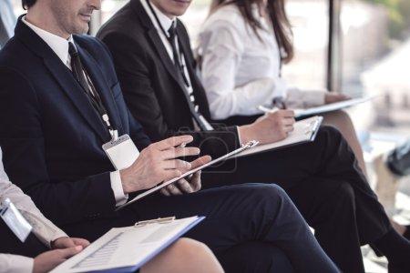 Foto de Grupo empresarial de personas que toman notas durante una conferencia de reunión - Imagen libre de derechos