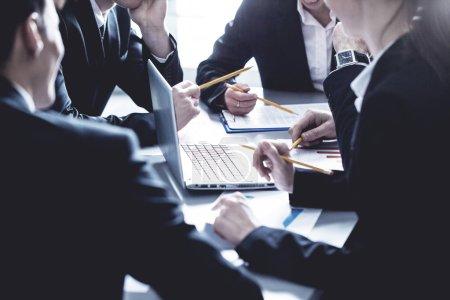 Photo pour Groupe de gens d'affaires travaillant ensemble à la réunion dans le Bureau - image libre de droit