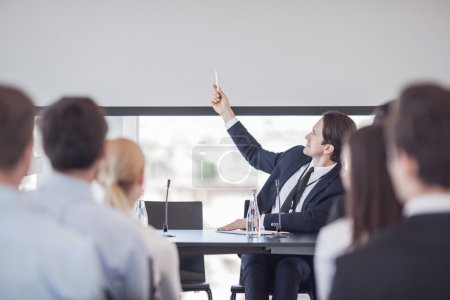 Photo pour Président parle et montrant la présentation au public dans la salle de conférence - image libre de droit