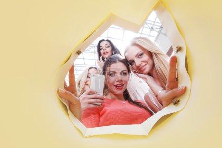 Photo pour Belles jeunes femmes regardant à l'intérieur sac - image libre de droit