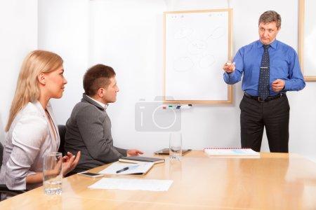 Photo pour Des collègues d'affaires se serrent la main en classe de formation - image libre de droit