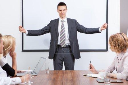 Foto de Equipo de negocios motivado por presentador positivo en la sala de reuniones - Imagen libre de derechos