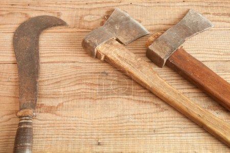 Deux daté et utilisé le gaillet gratteron et serpette sur fond en bois