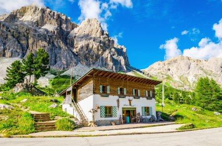 Photo pour ITALIE, CORTINA D'AMPEZZO - 24 JUILLET 2014 : Refuge sur fond de belles montagnes, groupe Averau-Nuvolau, Dolomites, Italie - image libre de droit