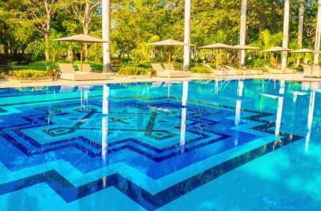Photo pour Vue imprenable sur les chaises longues à la piscine - image libre de droit
