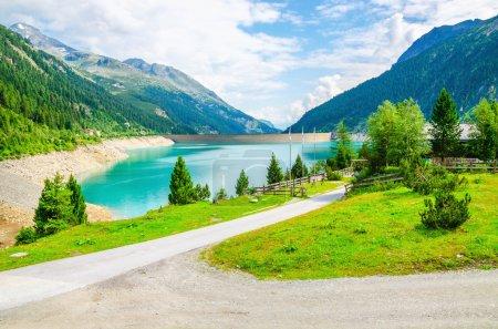 Photo pour Lac azur en arrière-plan les sommets des Alpes, Autriche - image libre de droit