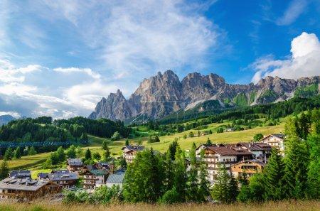Photo pour Vue imprenable sur les montagnes Cristallo avec village alpin par une journée ensoleillée d'été, Les Dolomites, Italie - image libre de droit