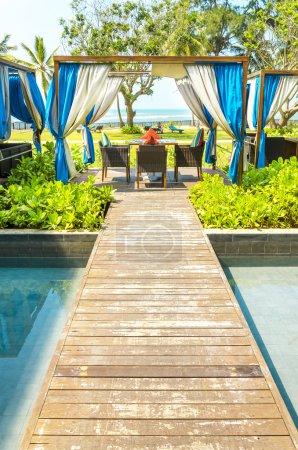 Photo pour Belle station balnéaire de luxe avec un lieu de bronzage incroyable dans le jardin de l'hôtel, chaises longues sur les petites îles de la piscine, Sri Lanka, Asie - image libre de droit