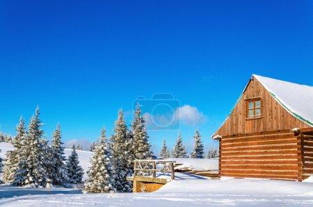 Berghütte in winterlicher Landschaft