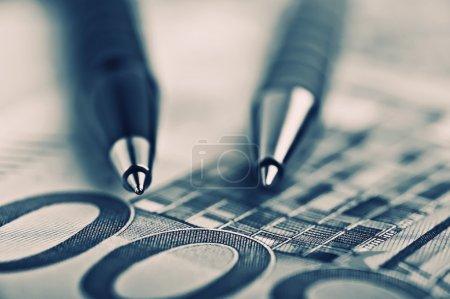 Photo pour Fermer Stylo sur l'argent avec DOF peu profond - image libre de droit