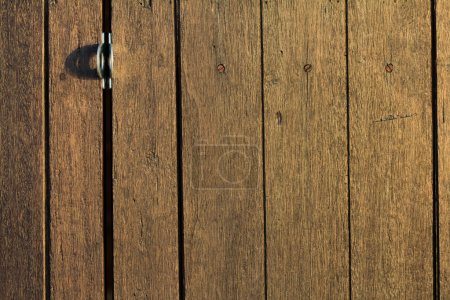 Photo pour Vieille porte en bois au coucher du soleil - image libre de droit