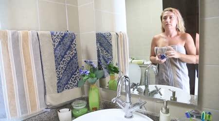 Žena použití hydratační krém na obličej