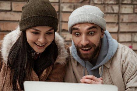Photo pour Couple étonnant en bonnet chapeaux et vestes à l'extérieur - image libre de droit